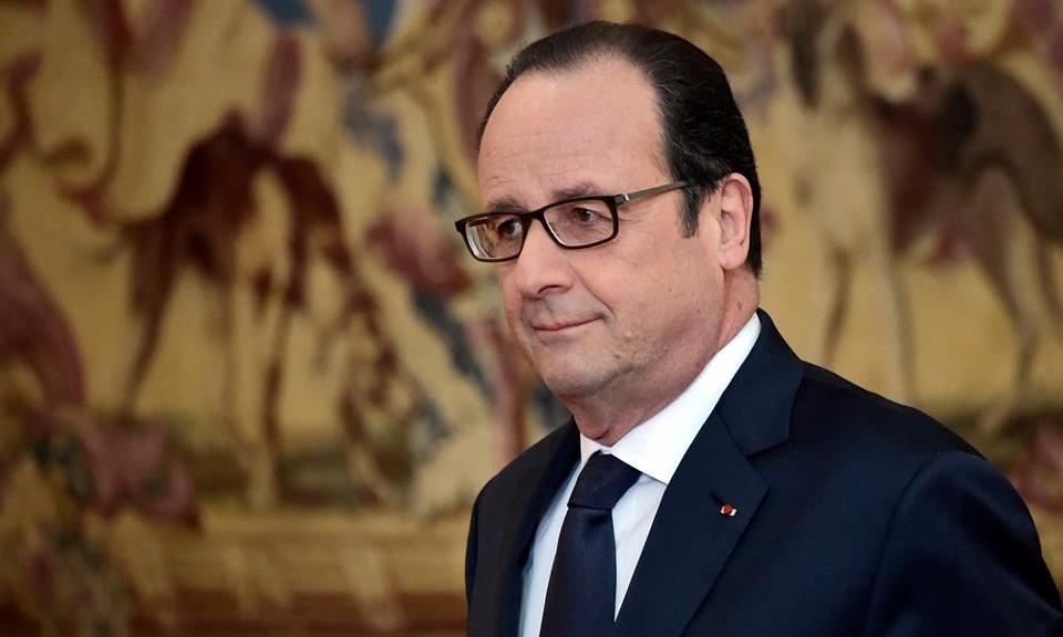 François Hollande et les politiques aux prises avec une mesure délicate.