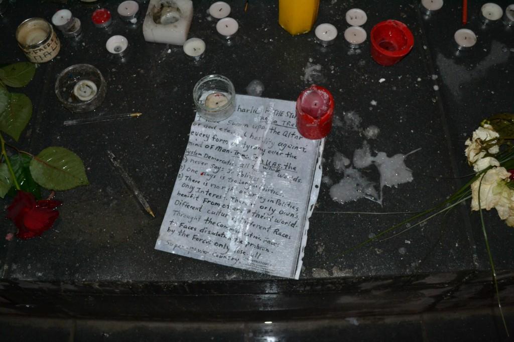 Autour de la statut, messages, dessins, stylos, fleurs et bougies se mêlent (Photo : 3millions7/P.Robert)