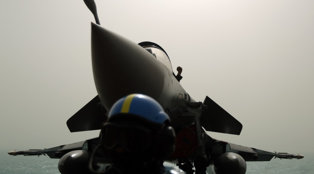Un Rafale sur le pont du porte-avions Charles-de-Gaulle (AFP)
