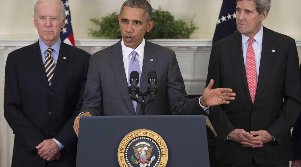 Barack Obama à la Maison Blanche aux côtés du vice-président Joe Biden (à gauche) et John Kerry (à droite)
