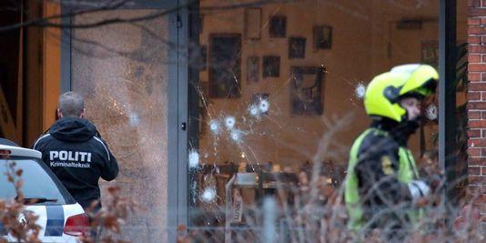 Impacts sur la vitre du centre culturel visé samedi 14 février par les tirs d'un individu à Copenhague.