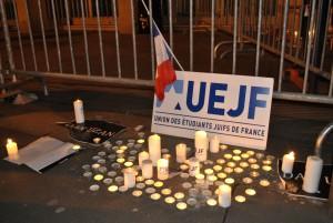 Rassemblement devant l'ambassade du Danemark à Paris, dimanche 15 février, après une double fusillade à Copenhague qui a fait deux victimes.