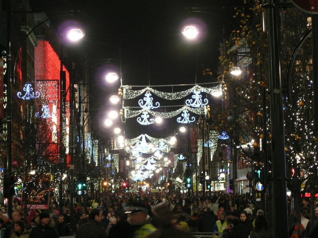 L'artère commerçante londonienne à la période de Noël, en 2005. Wikimedia Commons.