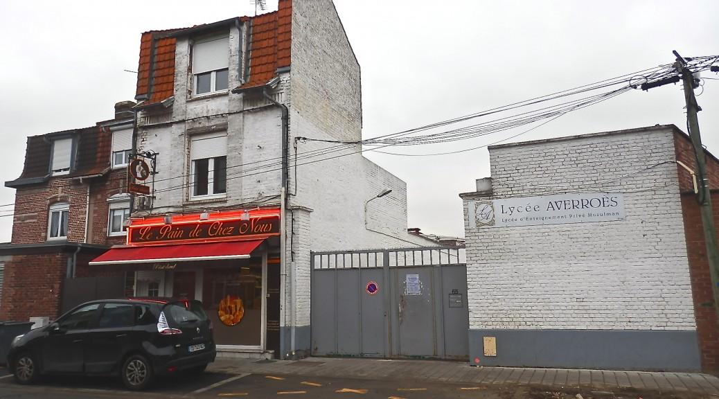 Le lycée privé musulman Averroès  est situé au sud de Lille, dans un quartier modeste.