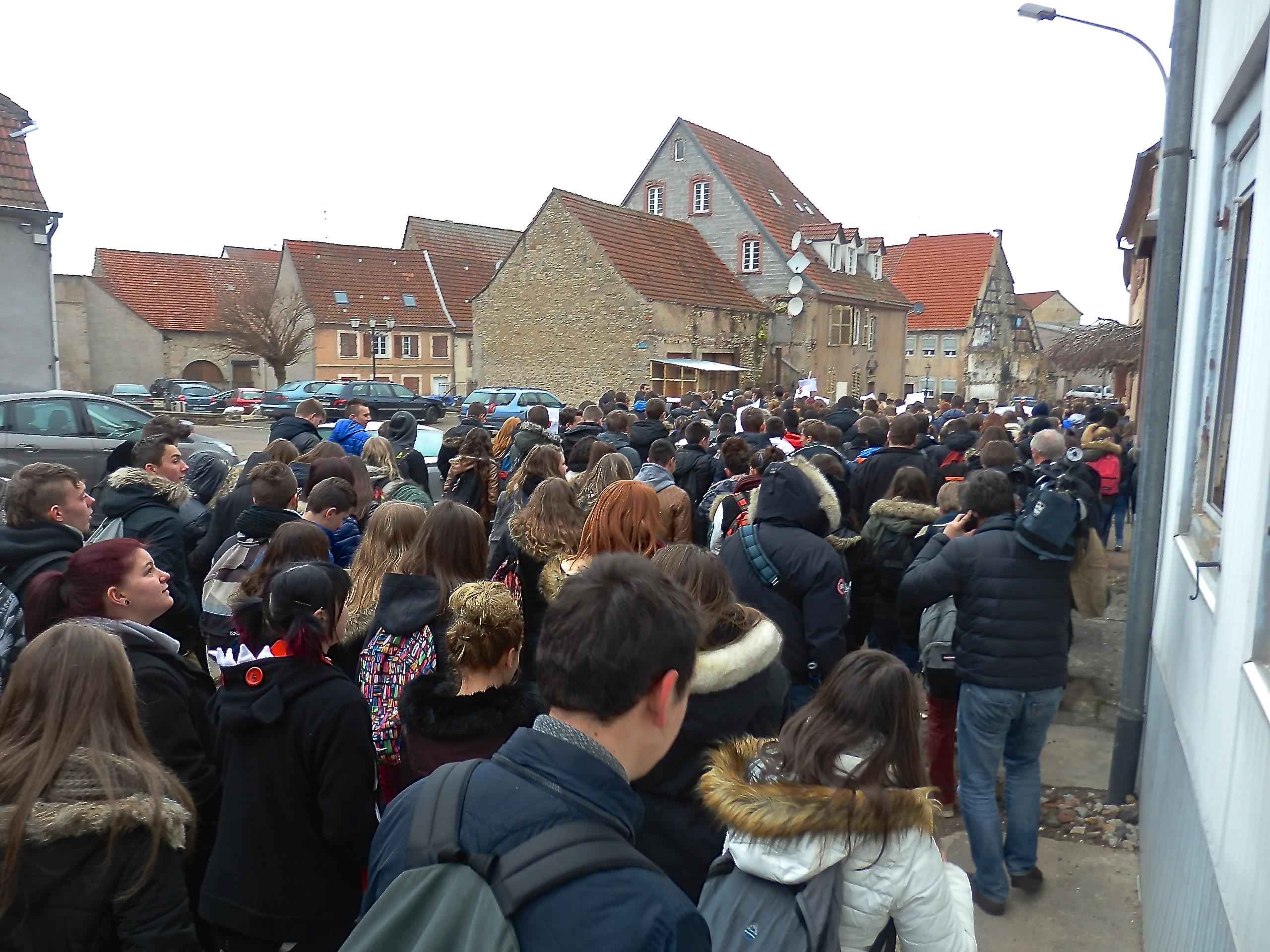 Une marche spontanée pour la paix et la coexistence des République, a été organisée par les élèves du lycée Georges Imbert.