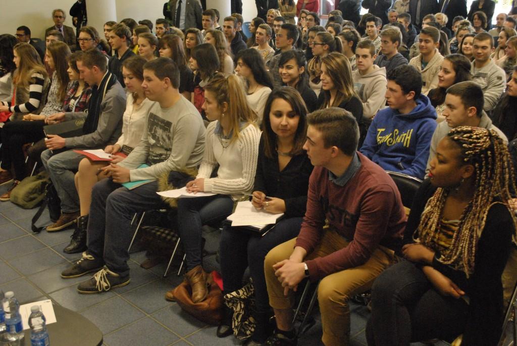 Une centaine d'élèves ont débattu avec les députés, ce vendredi après-midi à Mourenx. (Jérémie Lamothe /CFJ)