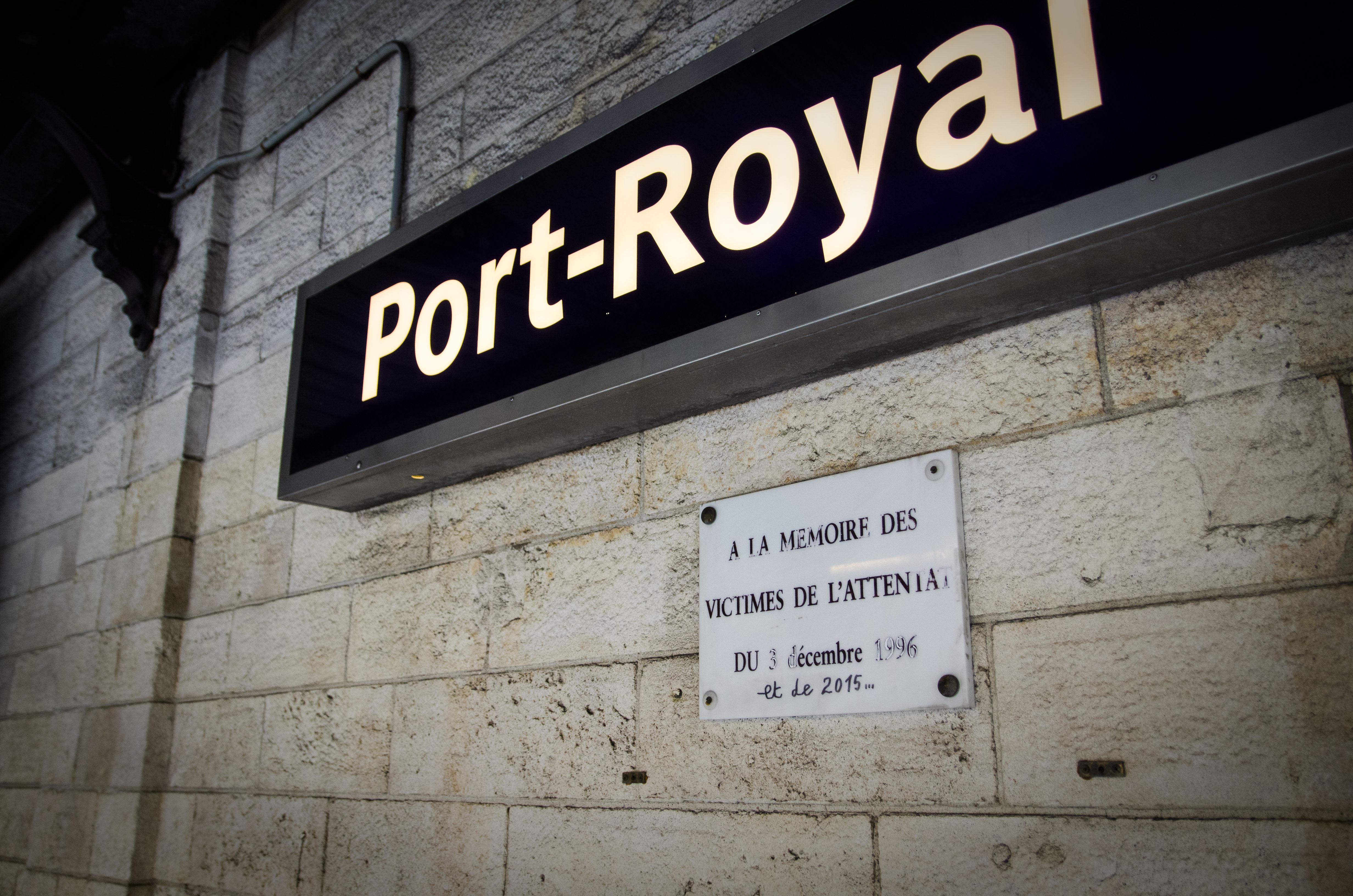 La plaque commémorative de l'attentat de décembre 1996 sur le quai de la station Port Royal (Florian Maussion / 3millions7)