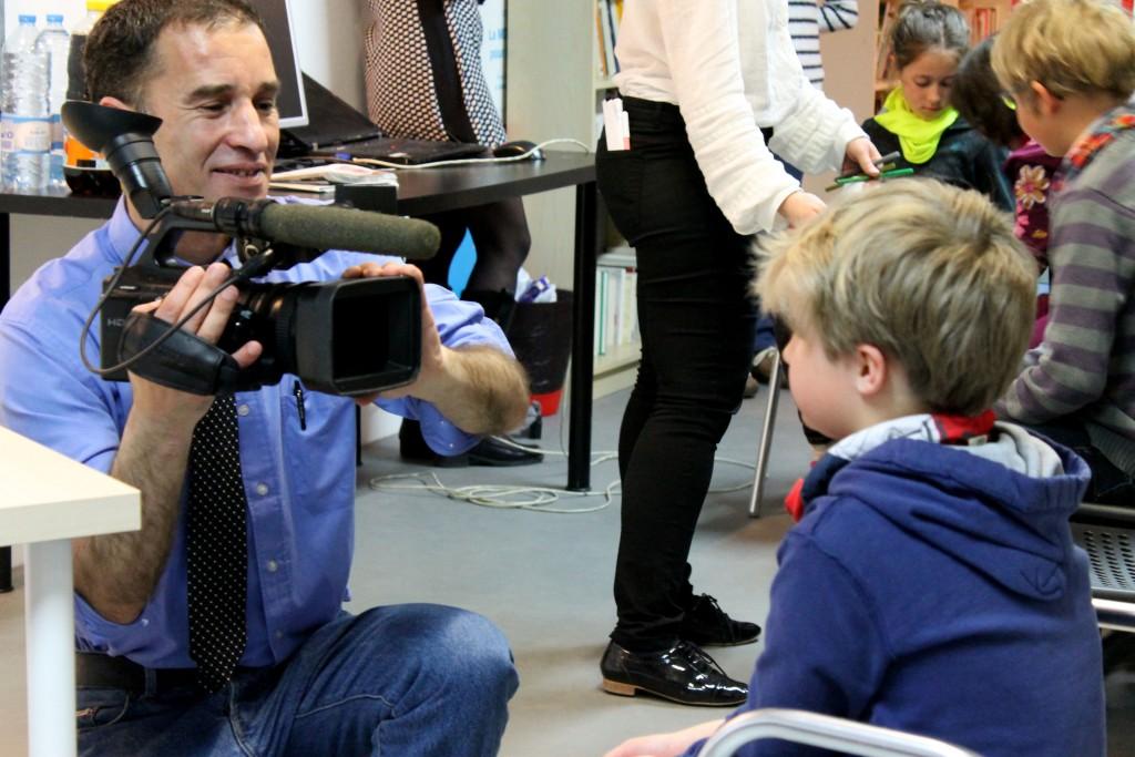 Les enfants se bousculent pour dire quelques mots devant la caméra du journaliste. (Vanina Delmas / 3millions7)