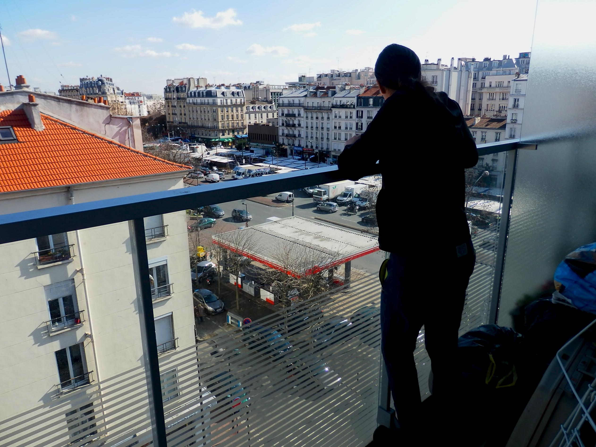 Lilia est accoudée à son balcon, au 6e étage de l'immeuble de l'hyper cacher, côté rue du Commandant l'Herminier.