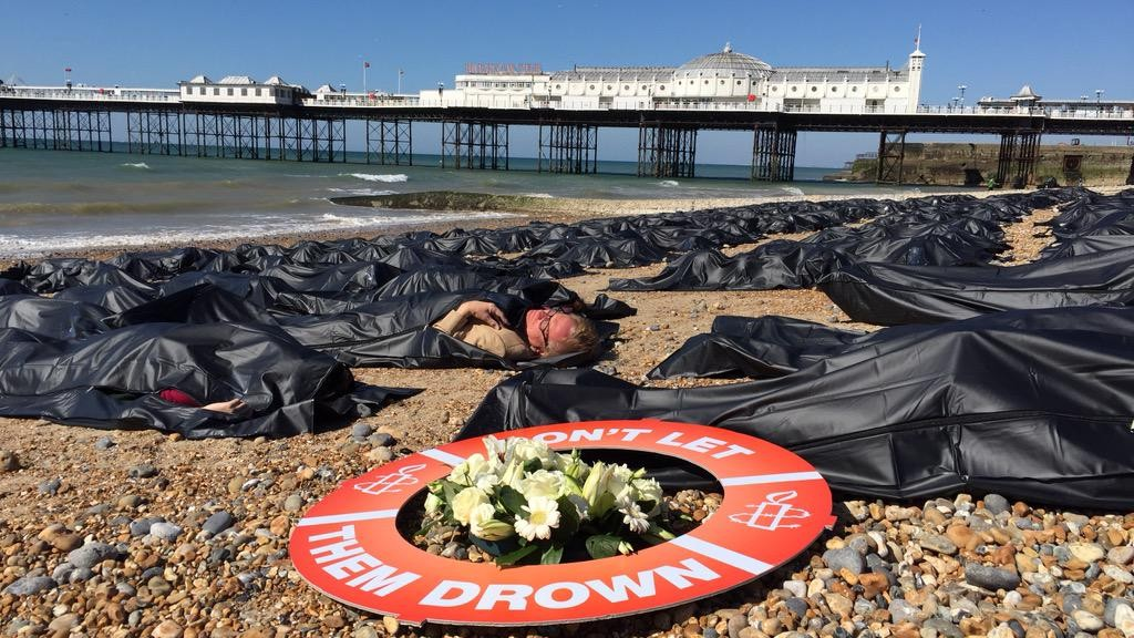 Action d'Amnesty International sur la plage de Brighton, au Royaume-Uni (Amnesty)
