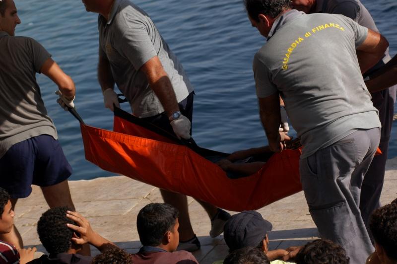 Les garde-côtes italiens récupèrent des migrants sur l'île de Lampedusa.